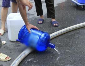 Sự cố nước sạch sông Đà: Nước cấp miễn phí cho dân cũng đục ngầu, có mùi lạ