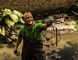"""""""Ông Tây lội mương thối"""" và hành trình 3 năm nhặt hàng nghìn tấn rác ở Hà Nội"""