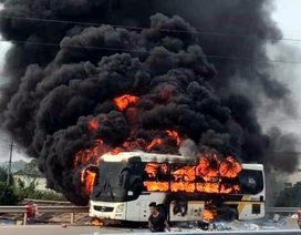 Xe khách cháy ngùn ngụt trên cao tốc Hà Nội - Bắc Giang
