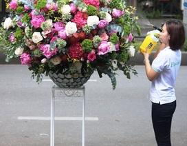 """Lộ diện bình hoa """"khủng"""" tặng chị em ngày 20/10 trị giá 60 triệu đồng"""