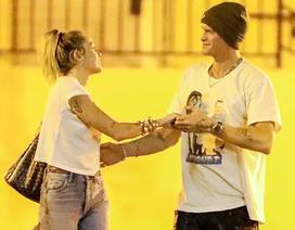 Miley Cyrus ra phố cùng bồ mới
