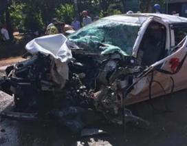 Xe rước dâu nát bét đầu sau cú tông xe tải, 2 người trọng thương