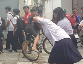 Hai nữ sinh lớp 8 túm, giật tóc nhau ngay trước cổng trường