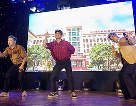 """Sinh viên Báo chí hóa """"cụ già hiphop"""" trong ngày hội chào khóa mới"""
