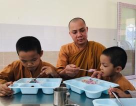 """200 đứa trẻ họ """"Hồ"""" lớn lên trong vòng tay của thầy trụ trì chùa Hồng Quang"""