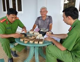 Nhiều cán bộ lão thành tự nguyện giao nộp vũ khí quân dụng