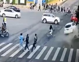 Trung Quốc: Ô tô vượt liên tiếp 2 đèn đỏ, tông chết 5 người