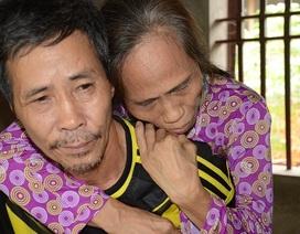 Xót xa cảnh em trai cụt tay chăm chị bại liệt trong nghèo khó