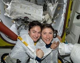 Hai nữ phi hành gia đầu tiên đi vào vũ trụ để sửa chữa bộ điều khiển năng lượng