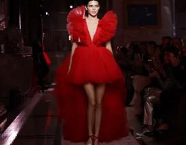 Kendall Jenner khoe chân dài với váy đỏ rực