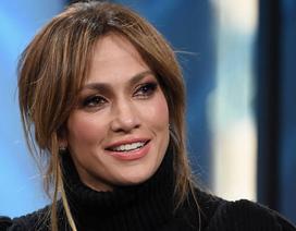 Jennifer Lopez bật khóc và quyên tặng thực phẩm suốt một năm cho trường học