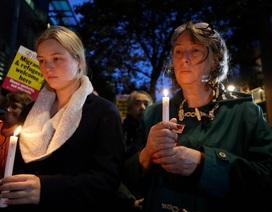 Người Anh thắp nến, đặt hoa tưởng niệm 39 nạn nhân thiệt mạng trong xe tải