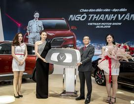 Ngô Thanh Vân nhận xe VinFast Lux SA2.0 giá hơn 1,7 tỷ đồng và sẽ mang xe lên phim