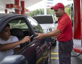 Tiền mất giá, người dân Venezuela dùng kẹo, thuốc lá...để mua xăng