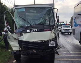 Xe khách tông xe tải, hàng chục hành khách hoảng loạn
