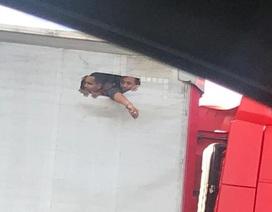 Người nhập cư vào Anh đục lỗ trên thùng xe tải để nhìn thấy ánh sáng