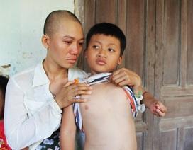 """Xót xa cảnh người mẹ ung thư vẫn phải """"cày ải"""" kiếm tiền chữa bệnh cho con"""