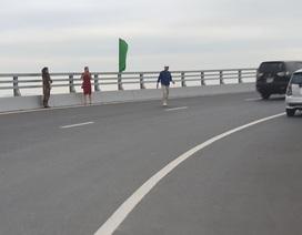 """Nam thanh nữ tú vô tư dừng xe """"check in"""" trên cây cầu """"độc và lạ"""" ở Hải Phòng"""