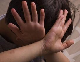Cha dượng châm thuốc vào bé 6 tuổi: Vì sao trẻ thường bị người thân bạo hành?