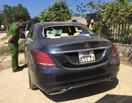 Truy tìm chủ chiếc xe Mercedes bị đập phá, trong xe có vết máu