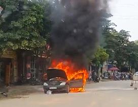 Ô tô con bốc cháy ngùn ngụt trên quốc lộ