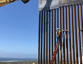 """Tường biên giới 10 tỷ USD """"không thể vượt qua"""" của ông Trump bị cưa thủng"""