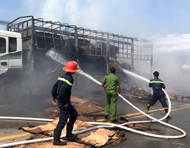 Xe tải chở giấy bốc cháy dữ dội trên đường