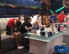 """Phát hiện hàng loạt người nước ngoài """"phê"""" ma tuý trong quán karaoke"""