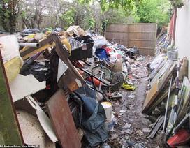 """Kinh hoàng ngôi nhà với """"bộ sưu tập"""" rác thải chất đống hàng tháng trời"""