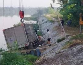 Bị ô tô đè chết khi đang ở... trên sông