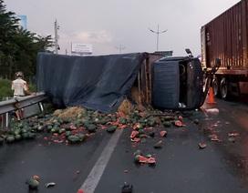 Xe tải chở dưa hấu lật ngang trên cao tốc TPHCM – Trung Lương