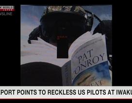 """Nhật Bản """"nóng mặt"""" vì phi công Mỹ đọc sách, chụp ảnh tự sướng khi lái tiêm kích"""