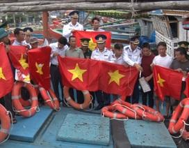 Cảnh sát biển tặng quà động viên ngư dân khó khăn tại Quảng Bình