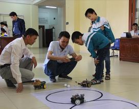 Phối hợp với chuyên gia quốc tế tập huấn cho giảng viên, giáo viên về STEM
