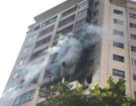 Giải cứu kịp thời cư dân kẹt trong đám cháy ở Làng quốc tế Thăng Long