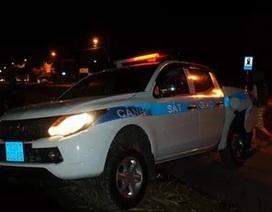 Xe CSGT bị xe tải tông bay qua rãnh nước