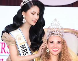 Loan Vương trao vương miện cho người kế nhiệm tại Hoa hậu Quý bà quốc tế 2019