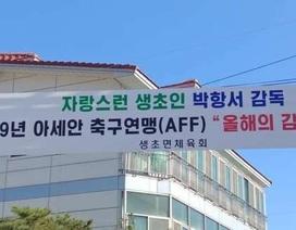Người Hàn Quốc treo băng rôn chúc mừng HLV Park Hang Seo
