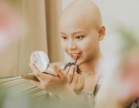 """Nữ sinh vượt bạo bệnh đi thi Hoa khôi Ngoại thương:  """"Tôi đẹp nhất khi tôi tự tin, kể cả khi đầu trọc!"""""""