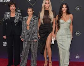 Kim Kardashian và các chị em mặc hở bạo