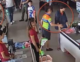 Người đàn ông ném xúc xích, đánh nhân viên bán hàng khi bị nhắc trả tiền?
