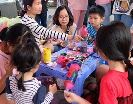 Học sinh Chu Văn An tặng quà các thầy cô giáo bằng sản phẩm tái chế từ rác thải nhựa