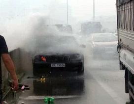 Hà Nội: Ô tô bốc cháy ở đường vành đai 3 trên cao