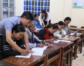 Những phụ nữ Vân Kiều U50 ngày lên rẫy, tối cắp sách đến trường