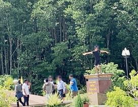 Du khách chụp ảnh phản cảm trên Cột mốc tọa độ Quốc gia Mũi Cà Mau