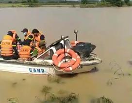 3 người bơi ra sông bắt rắn, 1 người bị lũ cuốn mất tích