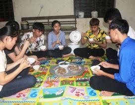 Thầy cô miền núi góp tiền mua gạo nấu cơm cho học sinh nghèo
