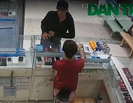 Nam thanh niên đi ô tô, vào cửa hàng cướp 3 điện thoại