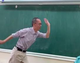 """Thầy Lê Bá Khánh Trình múa minh họa cho học trò hát bài """"Bụi phấn"""""""