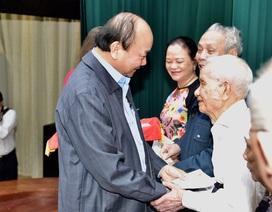 Niềm vui của Thủ tướng khi không còn hộ nghèo lên nhận quà hỗ trợ